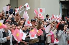 Hàng trăm người dân chào đón Nhật hoàng và Hoàng hậu đến thăm Văn Miếu