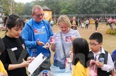Học sinh tiểu học bán hàng lập quỹ từ thiện giúp trẻ em nghèo