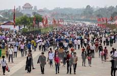 Đền Hùng nhộn nhịp trước khai lễ, hàng nghìn du khách đổ về dâng hương