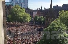"""Hình ảnh """"biển người"""" tưởng niệm các nạn nhân vụ khủng bố Manchester"""