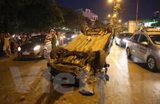 """Hà Nội: Ôtô tai nạn nằm """"phơi bụng"""" trên đường trong giờ cao điểm"""
