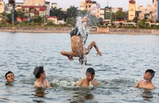 """Bất chấp cảnh báo cấm bơi, dân đổ xô ra hồ Linh Đàm """"giải nhiệt"""""""