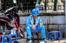Những người lao động kiệt sức dưới trời nắng nóng ở Hà Nội