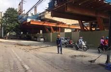 Phát hoảng vì thanh sắt rơi từ công trình đường sắt trên cao xuống phố
