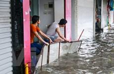 Dân Hà Nội dựng rào chống nước tràn vào nhà sau cơn mưa lớn