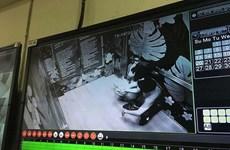 Mắc kẹt trong thang máy khi lên cafe tầng 26, hai người bị thương nặng