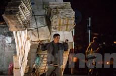 Người lao động mưu sinh trong đêm lạnh buốt của Hà Nội