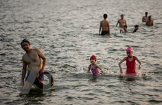 Dân Hà Nội rủ nhau tắm hồ Tây giải nhiệt ngày nắng nóng