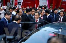 Chủ tịch VinGroup giới thiệu xe hơi VinFast với Thủ tướng Chính phủ