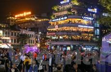 Hàng ngàn người dân Thủ đô đổ về Hồ Gươm trước thời khắc Giao thừa