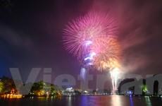 Ngắm pháo hoa sáng rực trời Hà Nội trong khoảnh khắc giao thừa