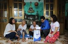 VietnamPlus trao quà cho cựu chiến binh có 3 đứa con bị nhiễm dioxin