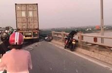 Hà Nội: Xe container đâm nhiều xe máy, một người rơi xuống sông Hồng