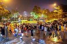 Cảnh người dân Hà Nội thức xuyên đêm xếp hàng chờ lấy nước sạch