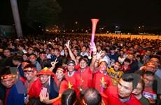 Hàng vạn người đổ xô về sân Mỹ Đình trước giờ bóng lăn