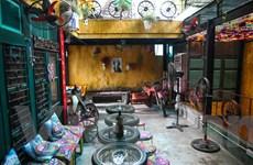 Khách du lịch thích thú với quán cà phê toàn... rác giữa phố cổ Hà Nội