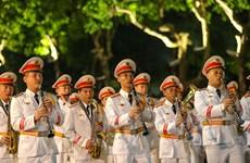 [Photo] Rộn ràng đội kèn công an biểu diễn quanh Hồ Gươm
