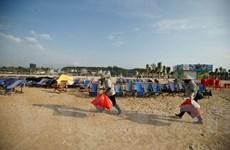 Theo chân những người phụ nữ đi nhặt rác bên bờ biển Hạ Long