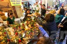 Chợ ẩm thực Hàng Bè tấp nập người mua trong ngày cuối cùng năm cũ