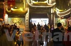 Người dân Hà Nội 'nô nức' đi lễ chùa cầu may sau thời khắc giao thừa