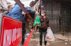 Cung cấp thực phẩm cho hộ dân trong khu cách ly y tế ở Cầu Giấy