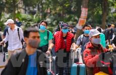 Cận cảnh dòng người chuyển về khu cách ly tập trung tại Hà Nội
