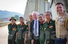 Cuộc gặp gỡ đầy xúc động của cựu binh Việt-Mỹ trên cầu Hàm Rồng