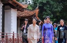 Phu nhân Thủ tướng Nhật thích thú với di sản ở Văn Miếu-Quốc Tử Giám