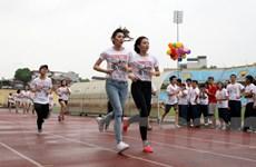 [Photo] Hoa hậu Kỳ Duyên hào hứng chạy thi cùng Á hậu Tú Anh