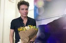 Richard Max đến Việt Nam và cuộc họp báo trong phòng... thay đồ