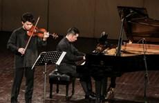 Cặp nghệ sỹ Fumiaki Miura và Akira Eguchi biểu diễn thăng hoa ở Hà Nội