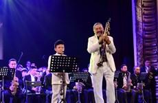 Quyền Văn Minh 'khoe' tài năng thổi kèn 9 tuổi trong đêm concert jazz