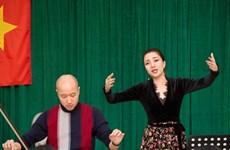 Phạm Thu Hà say sưa tập cùng dàn nhạc cho concert Nhà Thờ Lớn