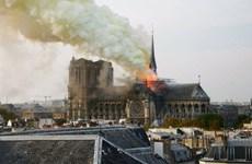 Pháp: Nhà thờ Đức Bà Paris bất ngờ bốc cháy dữ dội trong đêm