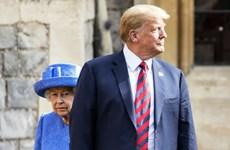 """[Video] Hai lần Tổng thống Mỹ """"mắc lỗi"""" quy tắc Hoàng gia Anh"""