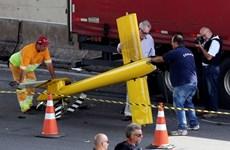 [Video] Chuyện như đùa, máy bay trực thăng đối đầu với... xe tải