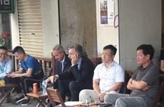 Tổng thống Argentina Mauricio Macri đi uống càphê vỉa hè Hà Nội