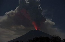 Indonesia: Núi lửa Agung phun trào tạo cột tro bụi cao 2.000m