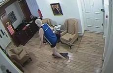 [Video] Nhà sáng lập Wikileaks trượt ván trong Đại sứ quán Ecuador