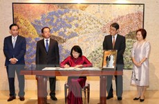 Phó Chủ tịch nước ghi sổ mừng nhân dịp Nhà Vua Nhật Bản lên ngôi