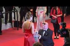 [Video] Khoảnh khắc lãng mạn người đàn ông cầu hôn bạn gái tại Cannes