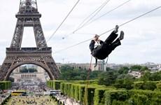 [Video] Trò chơi mạo hiểm đu dây từ trên tháp Eiffel xuống mặt đất