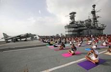 [Video] Người dân Ấn Độ tập Yoga tập thể trên tàu sân bay