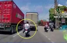 [Video] Dàn xe máy lạng lách nguy hiểm trên quốc lộ