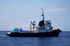 Italy đồng ý tiếp nhận phụ nữ và trẻ em trên một tàu cứu hộ
