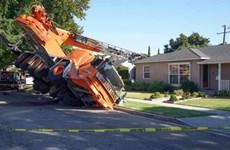 [Video] Mỹ: Xe cần cẩu rơi thẳng vào nhà dân tại bang California