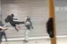 [Video] Khoảnh khắc gây phẫn nộ khi cảnh sát Hong Kong bị đá ngã