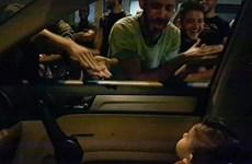 [Video] Người biểu tình tại Liban hát 'Baby Shark' để dỗ một em bé