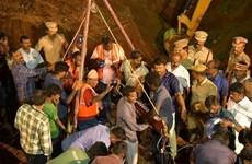 Ấn Độ chạy đua với thời gian để giải cứu bé trai rơi xuống giếng khoan