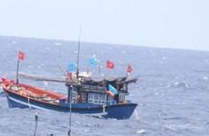 Hải quân cứu tàu cá Phú Yên cùng 6 ngư dân trôi dạt trên biển